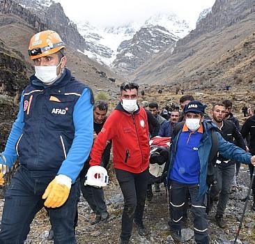 Koyunlarını ararken kayalıktan düştü 4 saatlik çalışmayla kurtarıldı