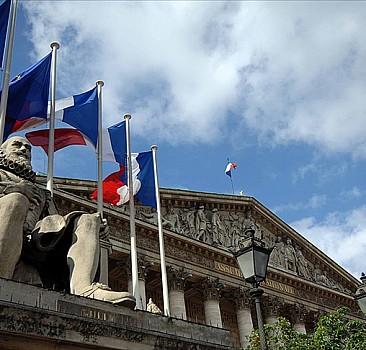Fransa'da skandal tasarı yasalaştı