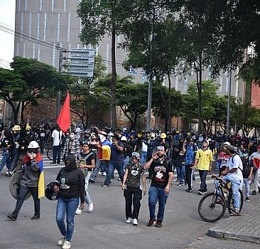 Binlerce kişi hükümeti protesto etti