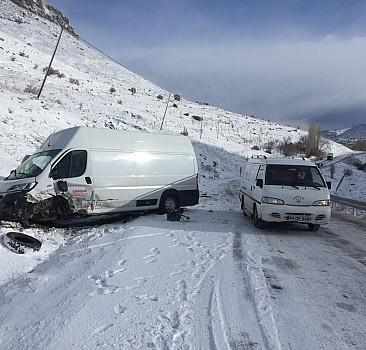 Malatya'da otomobil ile hafif ticari araç çarpıştı: 4 yaralı
