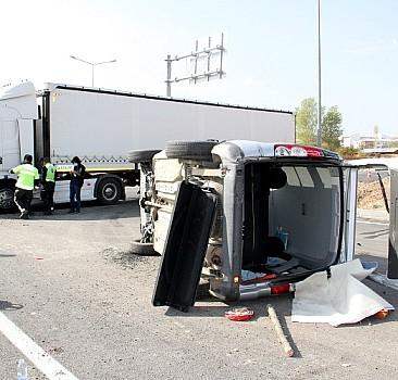 Sivas'ta hafif ticari araç ile tır çarpıştı: 3 yaralı