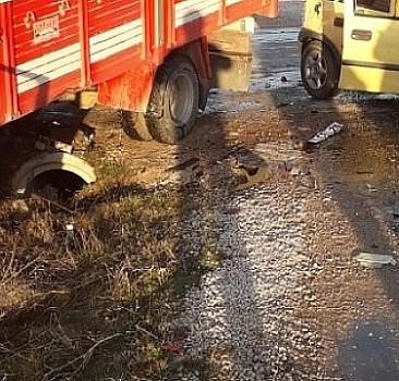 Antalya otomobille tır çarpıştı: Ölü ve yaralılar var