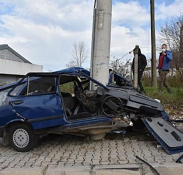 Samsun'da otomobil direğe çarptı: 2 yaralı