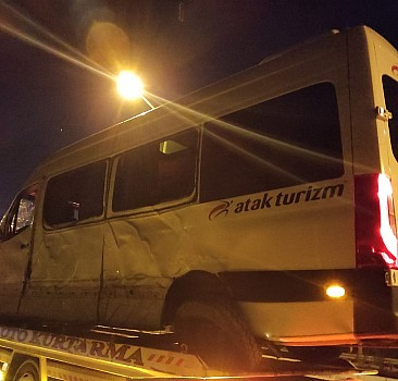 Sporcuları taşıyan minibüs direğe çarptı: 7 yaralı