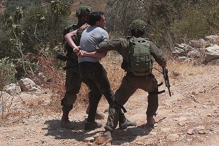 Terör devleti 12 Filistinliyi gözaltına aldı