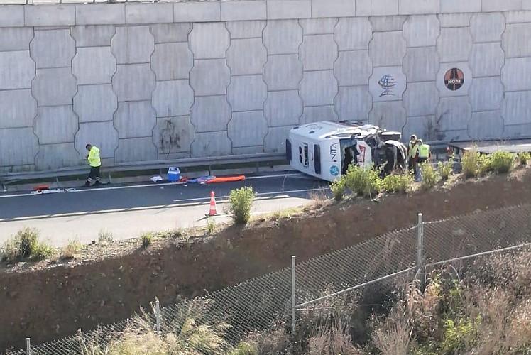 Hasta taşıyan ambulans 6 metre yükseklikten düştü