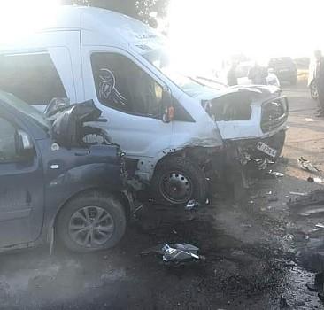 Kamyonet ile minibüs çarpıştı: 12 yaralı