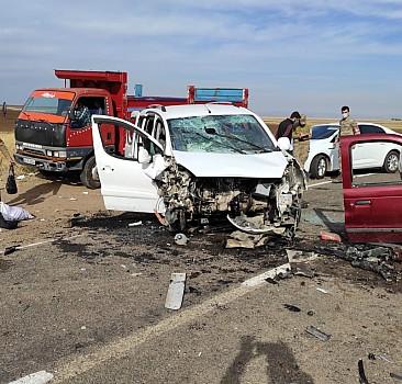 Pikap ile ticari araç çarpıştı: Yaralılar var