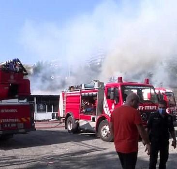İstanbul'da halı saha deposunda yangın