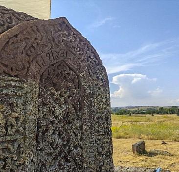 Selçuklu Mezarlığı'nda kemer işlemeli taş bulundu