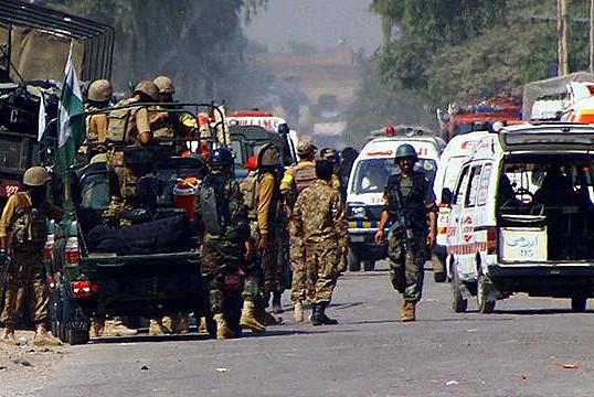 Pakistan'da bombalı saldırı: 12 yaralı
