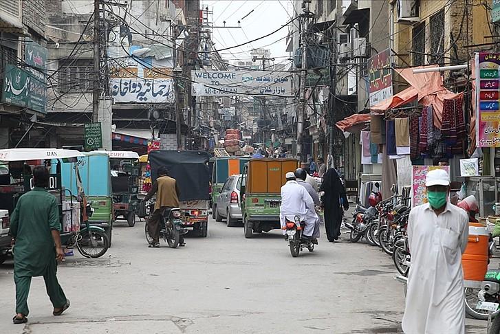 Pakistan, kısıtlamaları kaldırılmaya başladı