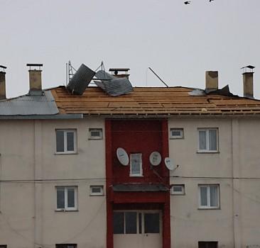 Fırtına bazı evlerin çatısını yola savurdu