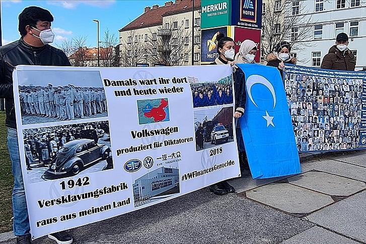 Uygur Türkleri Volkswagen firmasını protesto etti