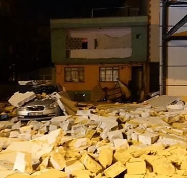 Şiddetli rüzgar nedeniyle otomobilin üzerine duvar devrildi