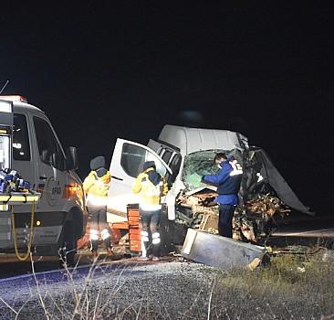 Yolcu otobüsü ile kamyonet çarpıştı: 1 ölü, 5 yaralı
