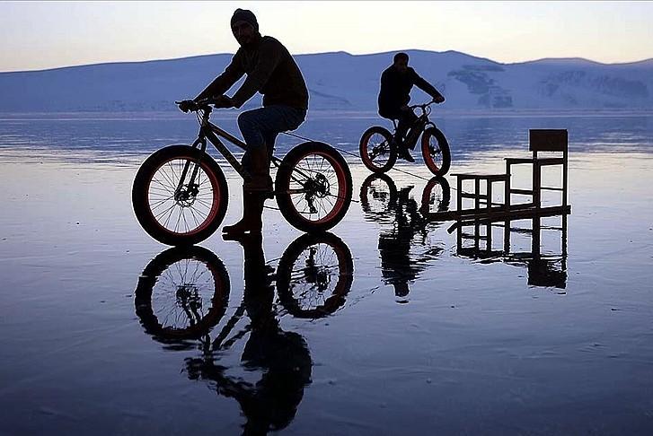 Çıldır Gölü'nde bisikletle gezinti keyfi
