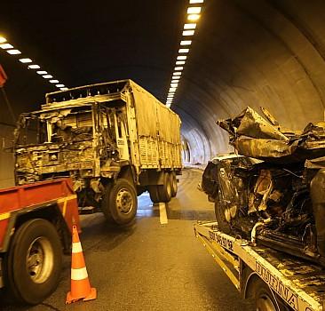 İzmir'de tünel girişinde kaza: 4 ölü, 2 yarlı