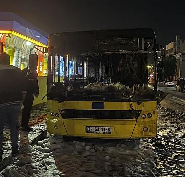 Park halindeki İETT otobüsü yandı