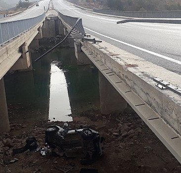 Otomobil köprüden düştü: 1'i ağır 3 yaralı