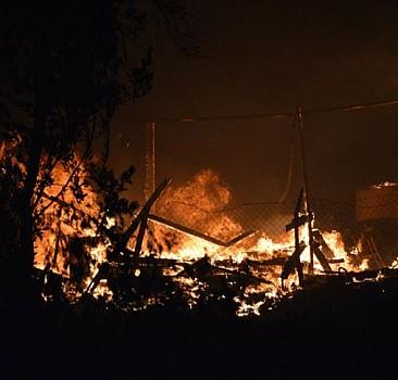 Sakarya'daki yangında iş yeri kullanılamaz hale geldi