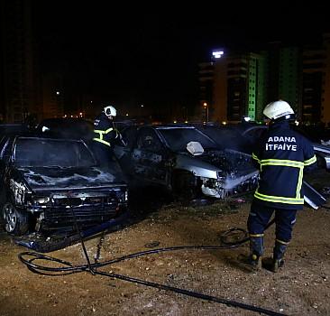 Boş arazideki hurda otomobiller yandı