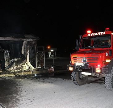 İşten çıkarılan operatör iş makinesi ve kulübeyi yaktı