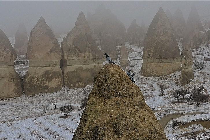 Kapadokya'da kar ve sis turistleri büyüledi
