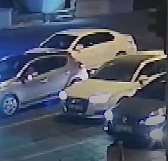 Sürücüyü engellemeye çalışırken aracın üstünde kaldı