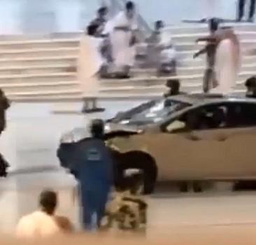 Mescid-i Haram'ın kapısına aracıyla çarptı