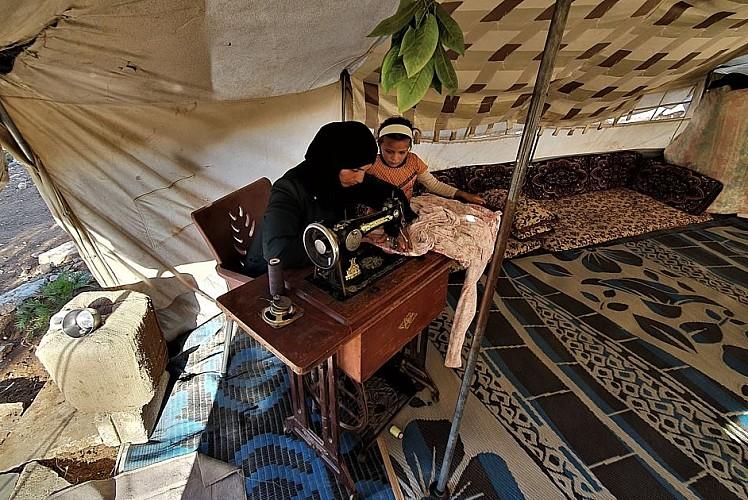 İdlibli Fatıma, anne yadigarı dikiş makinesiyle geçinmeye çalışıyor
