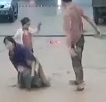 Çin'de anne ve 2 çocuğunun selden kurtuluşu kamerada