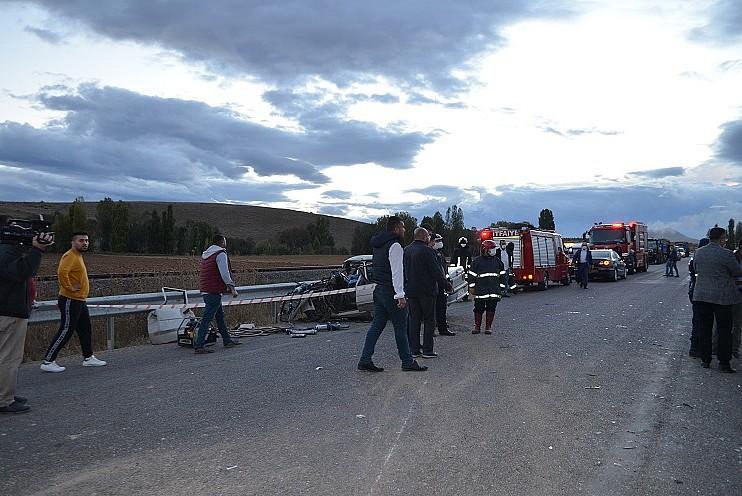 Konya'da tarım işçilerini taşıyan minibüs ile otomobil çarpıştı: 1 ölü, 15 yaralı