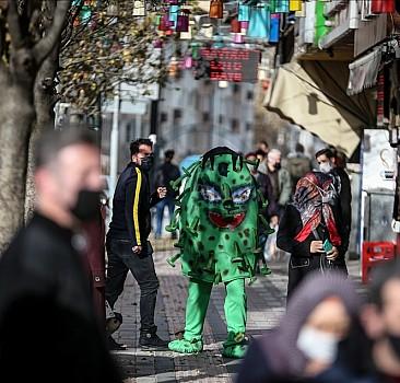 Belediye personelinden korona kostümlü uyarı
