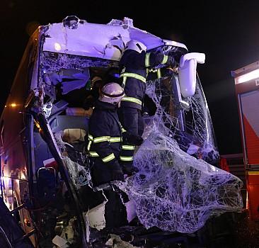 Yolcu otobüsü kamyona çarptı: Yaralılar var
