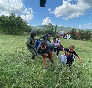 Selde mahsur kalan aile helikopterle tahliye edildi
