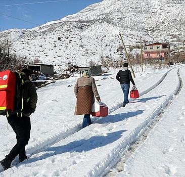Karlı yolları aşarak yaşlılara ulaşıyorlar