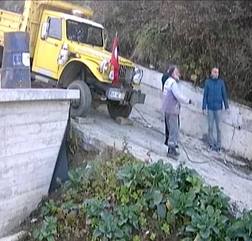 Kayan kamyonun altında kalmaktan son anda kurtuldular