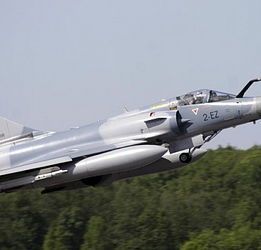 Fransız savaş uçağı düştü