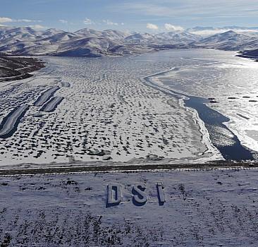 Baraj yüzeyi buzla kaplandı