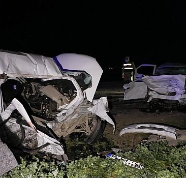 İki otomobil çarpıştı: 5 ölü, 1 yaralı