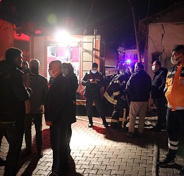 Manisa'da 5 ev, 2 otomobil yandı!