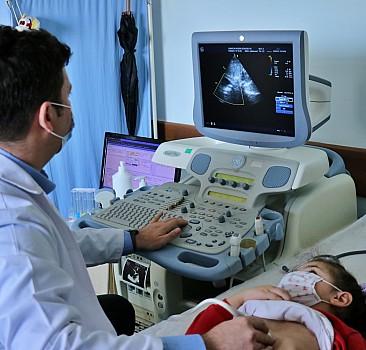 Kalbi delik iki çocuğa ameliyatsız tedavi