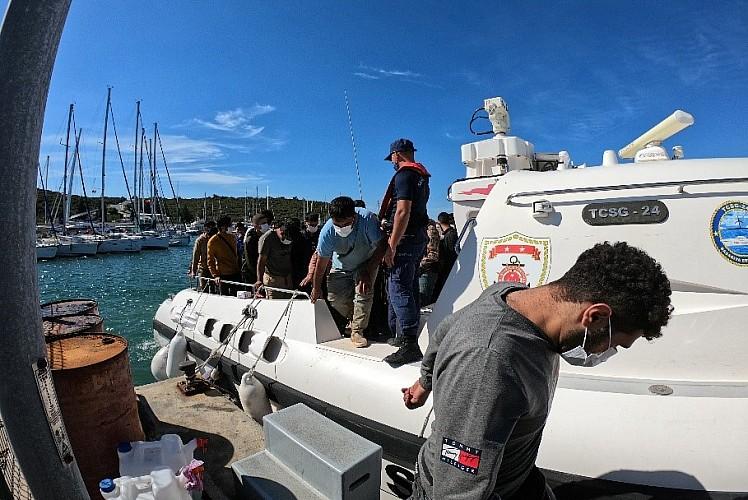 İzmir açıklarında 114 düzensiz göçmen yakalandı