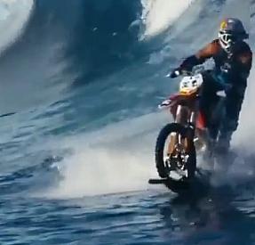 Hem suda hem karada gidebilen bir yarış motoru