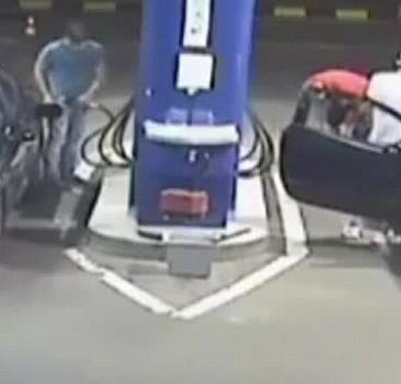 Benzin istasyonunda sigara içen adamın komik sonu