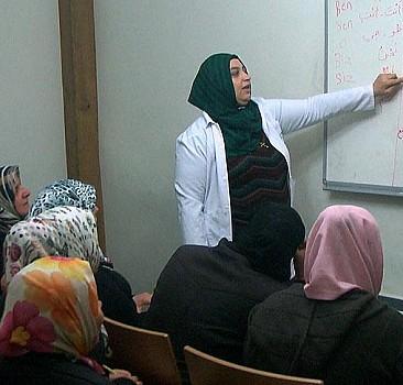 Öğrendiği Türkçeyle Arapça öğretiyor