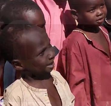 İlk kez pamuk şeker yiyen Afrikalı çocuklar
