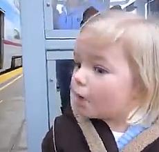 İlk kez tren gören küçük kızın sevimli halleri